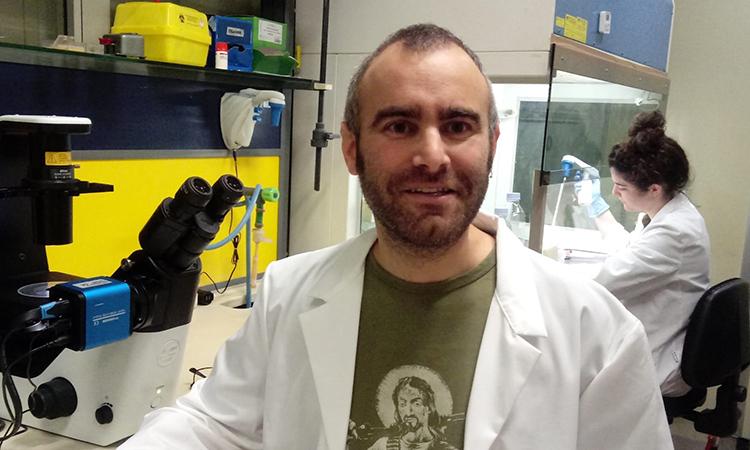 Un biòleg català resident a Roma que investiga la seva pròpia malaltia